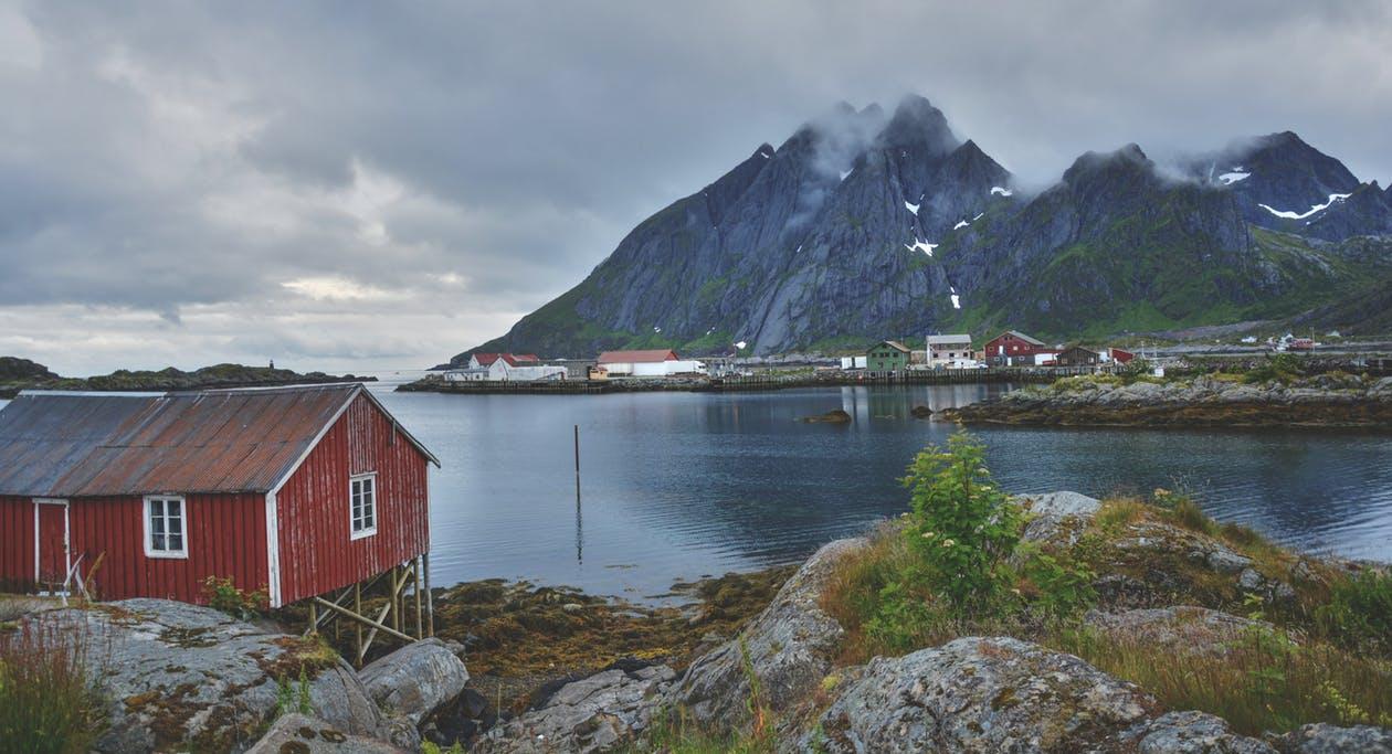 przeprowadzka nad fiordy w Norwegii. Czerwony dom nad jeziorem